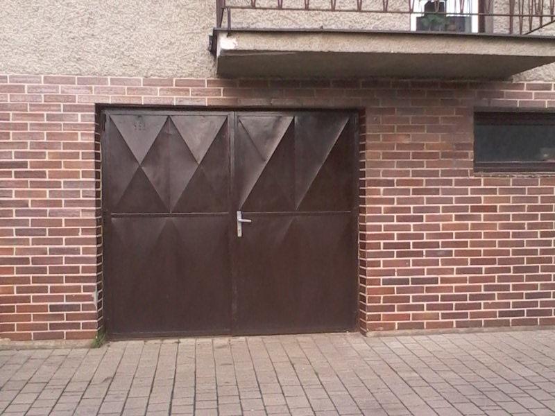 dvoukřídlá vrata před